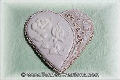Big gingerbread heart with white rose     http://www.tundescreations.com