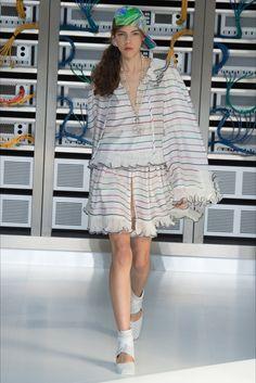 Guarda la sfilata di moda Chanel a Parigi e scopri la collezione di abiti e accessori per la stagione Collezioni Primavera Estate 2017.