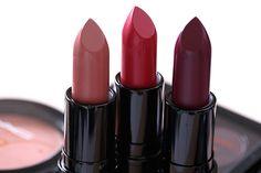 Rouges à lèvres MAC Julia Petit partir de la gauche: Boca, Petite Rouge et Acai