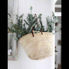 De l'eucalyptus séché dans un panier