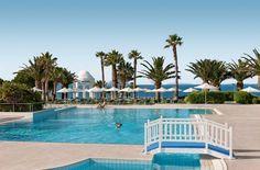 Spring in het zwembad op 60 meter boven de zee. Deze club is op een klif gebouwd, de lift brengt je zo naar de Egeïsche Zee. ROBINSON zou ROBINSON niet zijn zonder sport, dus ga tennissen of zeilen. En regel de surfcursus voor kids!
