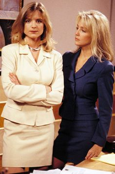 Courtney Thorne-Smith as 'Alison Parker' Heather Locklear as 'Amanda Woodward' in Melrose Place Fox) Office Fashion, Work Fashion, 90s Fashion, Street Fashion, Courtney Thorne Smith, Beverly Hills, Dallas, Suits Tv Shows, Amanda