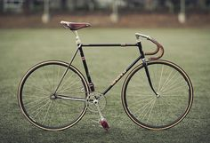 Creative Bike, Kinfolk, Autumn, Fixie, and Classic image ideas & inspiration on Designspiration Fixie Vintage, Vintage Bicycles, Photo Velo, Bici Fixed, Velo Retro, Fixed Gear Bicycle, Speed Bike, Oldschool, Classic Bikes