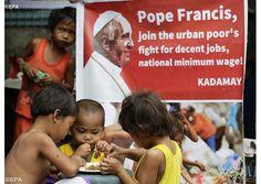 Das Allerheiligste im Müll: Papst begegnet Straßenkindern.