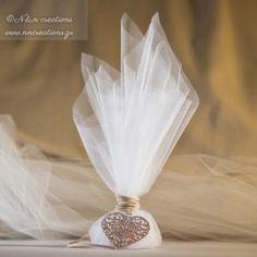 Μπομπονιερα Γάμου με Γαλλικό τουλι και μπρουτζινη καρδιά δεμένη με δερμάτινο κορδονι