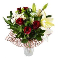 Девиз данной композиции в классическом стиле — красота и элегантность. Сочетание красного, белого и зеленого цветов очень популярно в бизнес-букетах и в эксклюзивных флористических подарках для торжественных случаев.