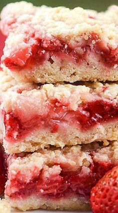 Strawberry Crumb Bars ❊ yummy and easy. Perhaps try w/ a rubarb mix this spring. Strawberry Bars, Strawberry Brownies, Strawberry Desserts, Köstliche Desserts, Delicious Desserts, Yummy Food, Recipes With Strawberries, Alcoholic Desserts, Strawberry Fields