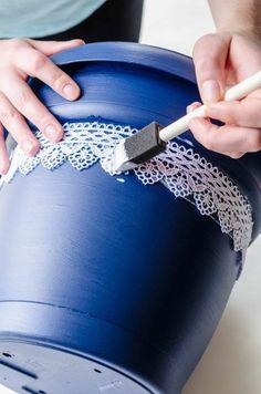 des-pots-de-fleurs-en-terre-cuite-repeintes-en-mauve-en-bleu-et-customisés-de-deco-dentelle-collée-avec-de-la-colle-pour-textiles