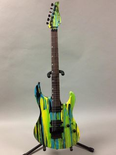 Une follissime custom Suhr Modern finition Frost Drip. Retrouvez des cours de guitare d'un nouveau genre sur MyMusicTeacher.fr