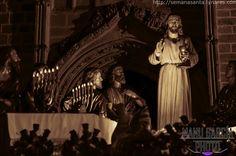 Momentos antes de encerrarse en Santa María el impresionante conjunto escultórico de la Santa Cena Sacramental.  Autor: Manu García.  URL: http://semanasanta.lynares.com/tarde-de-domingo-de-ramos/