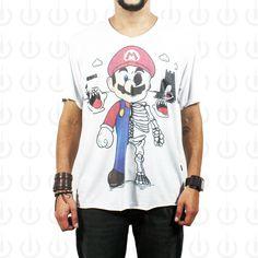 """Camiseta Plugging Que Mario? sublimada em tecido 100% poliéster, com corte diferenciado na gola """"V"""" e nas barras. O design da estampa teve inspiração no game clássico da Nintendo Super Mario World."""