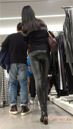 4k-超紧身皮裤街拍秀丽小姐姐美女第一集 街拍小站 Lederhosen, Sexy Jeans, Jeggings, Asian Girl, Latex, Leather Pants, Feminine, Womens Fashion, Street View
