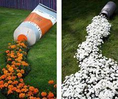 Uma ideia para deixar seu jardim mais criativo e bonito é fazer um trilho de flores. Repare que uma antiga leiteira foi usada para causar a sensação de que as plantas brotaram a partir do objeto.