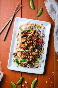 Soya- og honningglasert svinenakke med stekte grønnsaker, nøtter og risnudler