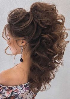 Looking for effortless chic hairstyle? If you wed in rustic theme half up half up hairstyles are one of the most popular hairstyles amongst brides, and also the most practical. Quince Hairstyles, Chic Hairstyles, Bride Hairstyles, Wedding Hairstyles For Long Hair, Cute Down Hairstyles, Elegant Wedding Hair, Wedding Hair Down, Wedding Hair And Makeup, Bridal Hair