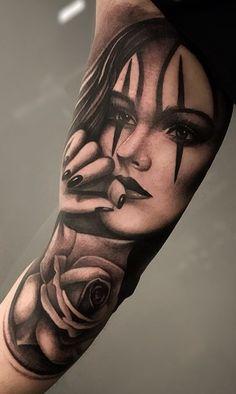 100 Tatuagens masculinas na parte superior do braço - Fotos e Tatuagens Girl Face Tattoo, Face Tattoos, Tatoos, Gangsta Tattoos, Chicano Tattoos, Girls With Sleeve Tattoos, Tattoos For Guys, Clock And Rose Tattoo, Black And Grey Tattoos For Men