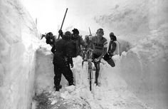 The Italian cyclist Ado Moser carrying his bicycle over a pile of snow during the stage between Madesimo and Stelvio during the 1965 Giro d'Italia. The Giro heads to the high mountains tomorrow. Velo Vintage, Vintage Cycles, Cycling Art, Road Cycling, Cycling Magazine, Remo, Bicycle Race, Bicycle Maintenance, Old Bikes