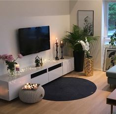 Newest Pictures Bedroom Furniture Sets minimalist Strategies Newest Pictures Bedroom Furniture Sets minimalist Strategies Here are some tips to be able to spruce up the bedroom. If you've investigated ones bed room as well as unders. Living Room Decor Cozy, Home Living Room, Apartment Living, Living Room Designs, Tv On Wall Ideas Living Room, Fancy Living Rooms, Cozy Living, Home Design Decor, Home Interior Design
