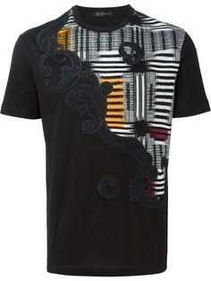 35b4531eec Versace Camiseta Com Bordado - Verso - Farfetch.com Camisetas Masculinas