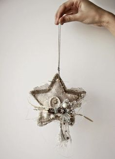 Shabby Chic Christmas Deco Ideas Do It Yourself - DIY Constructions - Do It Yourself Ornament Crafts, Christmas Projects, Christmas Tree Ornaments, Christmas Crafts, Star Ornament, Felt Christmas, Homemade Christmas, Rustic Christmas, Shabby Chic Christmas Decorations