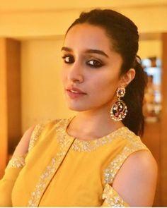 12 Gorgeous Blue and Gold Eye Makeup Looks and Tutorials Beautiful Bollywood Actress, Beautiful Indian Actress, Beautiful Actresses, Indian Actress Images, Indian Actresses, Shraddha Kapoor Cute, Sraddha Kapoor, Gold Eye Makeup, Gold Eyes
