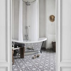 chrome tub and patterned tiles//