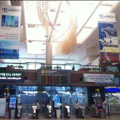 김해국제공항 - 사탕도 주고 음악도 연주해 주고