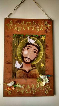 Quadro em retalho de madeira decorado com stencil, pássaro, flores artificiais e gravura de São Francisco de Assis.