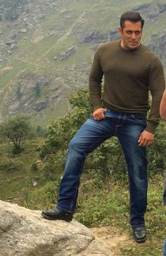 Pictures: Salman Khan Spotted While Shooting For Tubelight In Manali Bollywood Photos, Bollywood Stars, Bollywood Celebrities, Bollywood Actress, Salman Khan Photo, Shahrukh Khan, Celebrity Couples, Celebrity News, Salman Katrina
