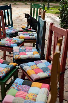 Lindas cadeiras coloridas ganham um charme a mais com as almofadas em patchwork.