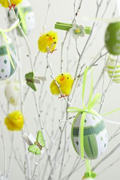 You do not necessarily have to have a real tree for making your Easter special. Use these easy Easter tree decoration ideas to add an extra special touch to your decor. Hoppy Easter, Easter Bunny, Easter Eggs, Spring Projects, Spring Crafts, Easter Tree Decorations, Easter Decor, Easter Specials, Easter Celebration