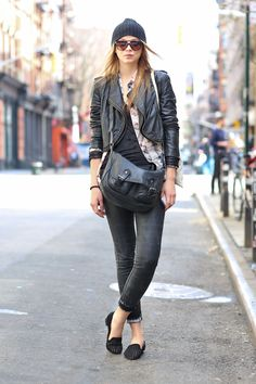 Street Chic: New York, Skinny jeans con slippers y gorro tejido #streetstyle #lookdeCALLE #fashion #MODAnS