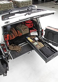 1994-toyota-land-cruiser-trunk-full-of-equipment