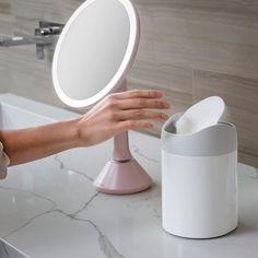 Stolní kosmetické zrcátko s LED osvětlením, které je nejlepší volbou pro každodenní líčení. Přiblížení až 10x. Nabíjení pomocí USB. Materiál: Ocel Rozměr: 14,5 x 11,5 x 29,8 cm. Makeup Essentials, Usb, Canning, Baths, Home Canning, Makeup Must Haves, Conservation