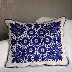 Embroidery Folk Hungarian embroidery from Kalotaszeg. Blue and white - gorgeous! Chain Stitch Embroidery, Bird Embroidery, Learn Embroidery, Embroidery Stitches, Embroidery Patterns, Stitch Head, Hungarian Embroidery, Embroidery Techniques, Needlework