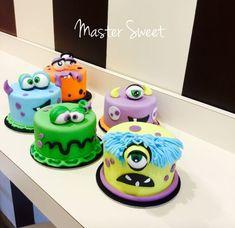 Monster mini cake Mini Tortillas, Monster Treats, Monster Cakes, Monsters Inc, Mini Cakes, Cookie Decorating, Halloween Party, Cookies, Baking