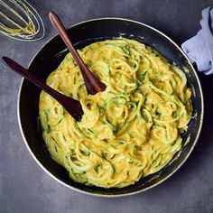 Healthy vegan Mac and Cheese with zoodles (zucchini noodles) or regular pasta. This mac n cheese recipe is gluten-free paleo friendly plant-based low-carb and easy to make. The perfect plant-based lunch or dinner Mac And Cheese Rezept, Mac And Cheese Sauce, Vegan Mac And Cheese, Mac Cheese, Good Healthy Snacks, Easy Healthy Recipes, Paleo Recipes, Whole Food Recipes, Cooking Recipes