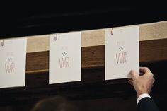 Konzeption und Design einer Hochzeitseinladung in Form eines Posters. Als Umverpackung dienten zu Umschlägen zugenähte Butterbrotpapiertüten. Adaptionen auf Kerzen, Tischkarten, Kirchenblätter, Menükarten, Dankeskarten etc.