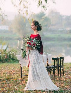 If you don't feel like a traditional wedding gown, if you are tired of seeing more or less the same wedding dresses, choose your own outfit to stand out. Red Wedding Dresses, Traditional Wedding Dresses, Wedding Dress Styles, Wedding Colors, Wedding Gowns, Wedding Dress With Red, Wedding Skirt, Bridesmaid Dresses, Bridal Separates