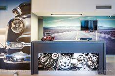Zdjęcia recepcji w Automobil Hotel. Zdjęcie pokazuje wnętrze hotelu.