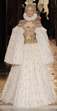 FALL 2013 READY-TO-WEAR Alexander McQueen 16世紀 エリザベス1世時代を彷彿させる、圧巻なコレクション。|VOGUE