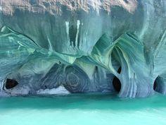 Catedral de Mármol, formada por mineral de carbonato de calcio. Las propias aguas del lago han erosionado los escarpes costeros, generando u...