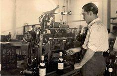 Detalle del Embotellado. / A scene from the bottling process.