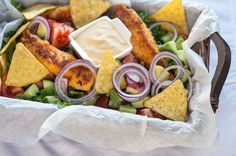Nachosalaatti ja rapeat pikkufileet. Nachosalaatti on näppärä naposteluruoka. Voit lisätä salaattiin omia lempiaineksia maun mukaan. Tacos, Food And Drink, Salad, Cheese, Baking, Ethnic Recipes, Mat, Dreams, Bakken