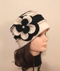 Pièce unique, Chapeau noir et blanc cassé en laine bouillie avec fleur décorative, 100% laine bouillie recyclée. Élégant, chapeau chaud