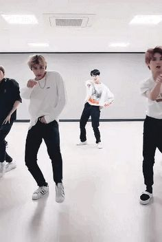 I love the part in Boss where Lucas does the shoulder roll. Lucas Nct, Nct 127, Winwin, Ten Chittaphon, Girls Characters, Kpop, Gifs, Wattpad, Actors