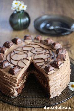 Sjokoladekake med Kinder Bueno (Kinderkake) | Det søte liv Norwegian Food, Norwegian Recipes, Spice Cake, Cake Recipes, Cake Decorating, Spices, Baking, Desserts, Decoration