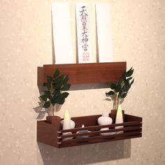 札掛け・神具台・榊入れの組合せの、おしゃれな神棚【mico】シリーズ。無垢材の木目が美しいシンプルモダンな神棚インテリアに合わせて3種類の色から、お選びいただけます。