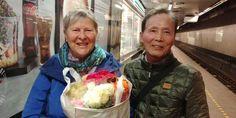 누명이 갈라놓은 인연!!! 2017년9월30일! 덴마크 코펜하겐 중앙역에서 김판수(오른쪽)씨와 에텔 티칸데르(왼쪽)는 2박3일의 짧은 재회를 아쉬워하며 또 다시 이별을.. 김씨가 50년만의 재회를 기념해 50송이 장미를 선물!