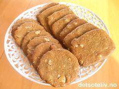 """""""Verdens beste pepperkaker"""" er populære pepperkaker med hakkede mandler. Kakene kalles også for """"Franske pepperkaker"""". Se også oppskrift på """"Pepperkakeskiver med mandler"""". Norwegian Food, Sausage, Biscuits, Cookies, Baking, My Favorite Things, Desserts, Christmas, Recipes"""